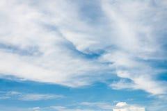 De blauwe hemel met wolken Stock Afbeelding