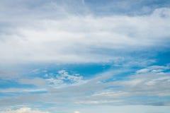 De blauwe hemel met wolken Royalty-vrije Stock Foto