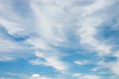 De blauwe hemel met wolken Stock Fotografie