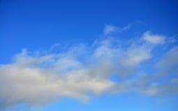 De blauwe hemel met wolken Stock Foto