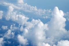 De blauwe hemel met wolken Een achtergrond Royalty-vrije Stock Fotografie