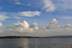 De blauwe hemel in de middag en de witte wolken vullen de hemel royalty-vrije stock afbeelding