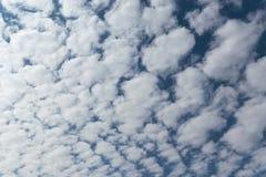 In de blauwe hemel schikten de witte Cumuluswolken in een net of een patroon royalty-vrije stock afbeeldingen