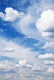 De blauwe hemel van Beautyful en witte wolken Royalty-vrije Stock Afbeeldingen