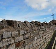 De blauwe hemel van de granietbakstenen muur Royalty-vrije Stock Afbeeldingen