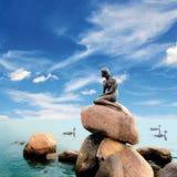 De blauwe hemel van de meermin stock foto