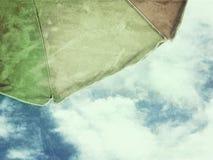 De blauwe hemel van de strandparaplu grunge Royalty-vrije Stock Foto