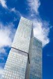De blauwe hemel van de wolkenkrabber Stock Fotografie
