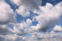 De blauwe hemel van de zomer die met cumuluswolken wordt behandeld royalty-vrije stock foto's