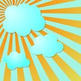 De blauwe hemel van de zomer met zon radiale stralen en wolken Royalty-vrije Stock Afbeeldingen
