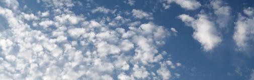 De blauwe hemel van het panorama met witte wolken Royalty-vrije Stock Fotografie