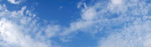 De blauwe hemel van het panorama met witte wolken Royalty-vrije Stock Afbeelding
