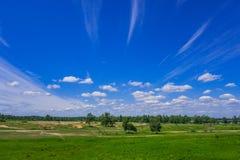 De blauwe hemel van het de zomerlandschap met witte wispy wolken royalty-vrije stock foto