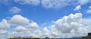De blauwe hemel van wolken Stock Afbeelding