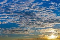 De blauwe hemel van wolken bij de herfstzonsopgang Royalty-vrije Stock Fotografie