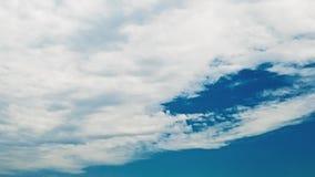 De blauwe hemel vult met wolken stock footage