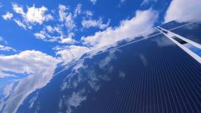 De blauwe hemel weerspiegelt in een verticaal zonneplatform stock footage