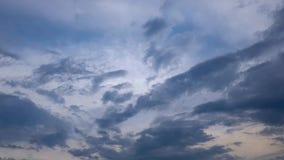 De blauwe hemelveranderingen, donkergrijze regenwolken halen aan Geschoten op Canon 5D Mark II met Eerste l-Lenzen stock video