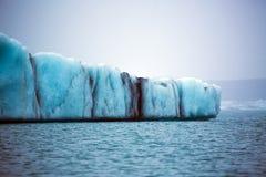 De blauwe ijsschol van het gletsjerijs in het gletsjermeer stock afbeeldingen