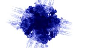 De blauwe inkt lost in water op witte achtergrond met lumasteen op 3d geef van computersimulatie terug De inkt spuit in water in stock footage
