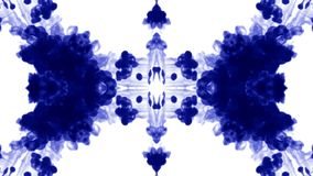 De blauwe inkt lost in water op witte achtergrond met lumasteen op 3d geef van computersimulatie terug De inkt spuit in water in stock videobeelden
