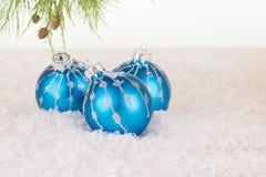 De blauwe Kerstmissnuisterijen en tak van de pijnboomboom Stock Foto's