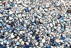 De blauwe kiezelstenen maken vreedzaam een woestijnoprijlaan schijnen stock foto