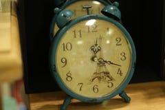 De blauwe klok is op de lijst voor huisdecor royalty-vrije stock foto