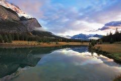De blauwe koude meer en sneeuwbergen in Canada Royalty-vrije Stock Afbeeldingen