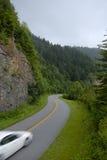De blauwe Kromme van het Brede rijweg met mooi aangelegd landschap van de Bergen van de Rand Royalty-vrije Stock Foto