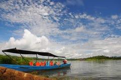 De blauwe lange staartboot in de rivier, Thailand Stock Foto