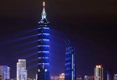 De blauwe lasers geven Taipeh 101 een futuristische verschijning tijdens 2017 Nieuwjarenvuurwerk en licht Royalty-vrije Stock Afbeelding