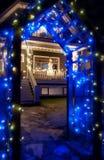 De blauwe Lichte Overwelfde galerij van Kerstmis met Sneeuwman Royalty-vrije Stock Afbeelding