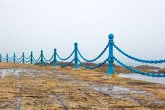 De blauwe metaalpijlers beheksen kettingen Royalty-vrije Stock Foto's