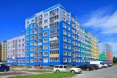 De blauwe nieuwe bouw met meerdere verdiepingen op een achtergrond van blauwe hemel in Kaliningrad Royalty-vrije Stock Foto's