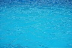 De blauwe oppervlakte van de waterrimpeling De Achtergrond van het poolwater stock afbeeldingen