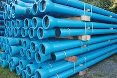 De blauwe pijpen en de montage van pvc plastic die voor ondergrondse watervoorziening en rioollijnen worden gebruikt royalty-vrije stock afbeeldingen