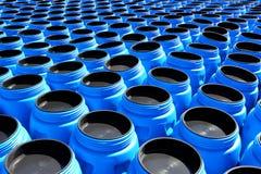 De blauwe plastic vaten voor chemische producten Stock Fotografie