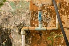 De blauwe pvc-Pijpleiding van het Klep Plastic Water - Uitstekende Beschimmelde Muurtextuur royalty-vrije stock foto
