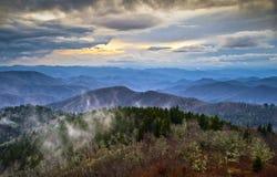 De blauwe Rokerige Bergen NC van Appalachians van het Brede rijweg met mooi aangelegd landschap van de Rand royalty-vrije stock afbeeldingen