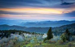 De blauwe Rokerige Bergen van de Lente van het Brede rijweg met mooi aangelegd landschap van de Rand Royalty-vrije Stock Afbeeldingen