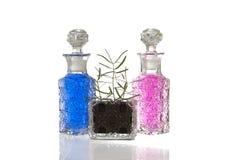 De blauwe roze installatie van glasflessen stock foto's
