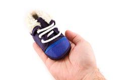 De blauwe schoen van de babytennisschoen ter beschikking stock fotografie