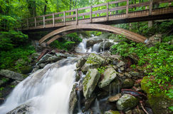 De blauwe Sleep van Ridge Mountain Wooden Arch Bridge Tanawha Stock Fotografie