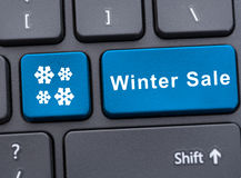 De blauwe sleutel van de de winterverkoop op toetsenbord Stock Afbeelding