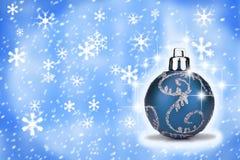 De blauwe snuisterij van Kerstmis met een sneeuw backround Stock Afbeeldingen