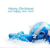 De blauwe snuisterijen van de Kerstmisdecoratie op wit Stock Foto's