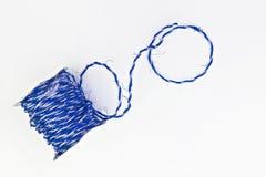 de blauwe streng van kraftpapier in een geïsoleerd broodje royalty-vrije stock foto's