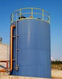 De blauwe tank van de olieopslag Stock Foto