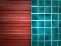 De blauwe tegel van het hemelmozaïek en rode houten Royalty-vrije Stock Fotografie